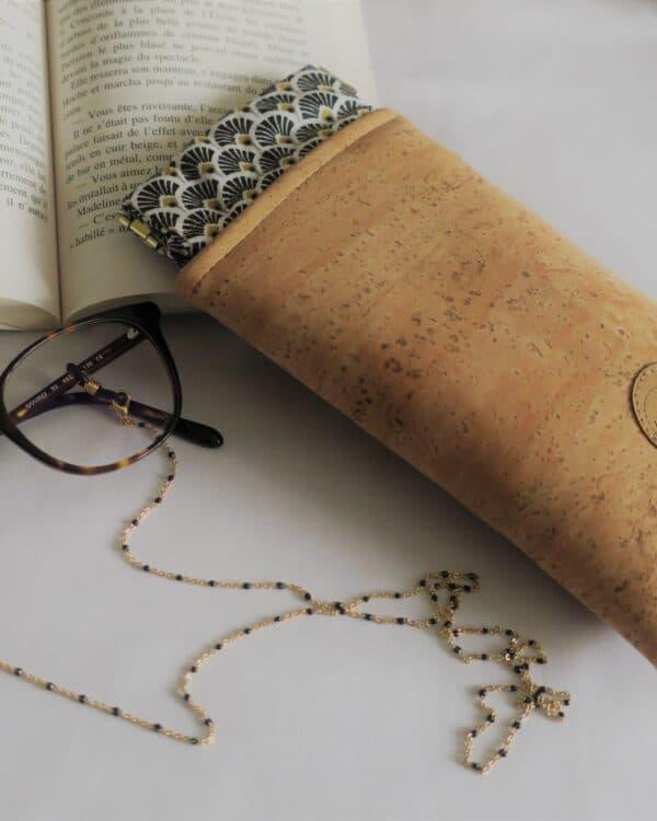 Coffret L'Elégante avec une chaine de lunettes dorée et perles noires et un étui à lunettes en liège cousu main
