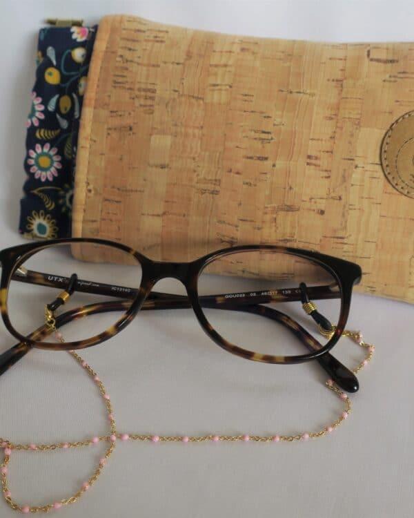 Coffret comprenant une chaine de lunettes dorée et un étui à lunettes en liège