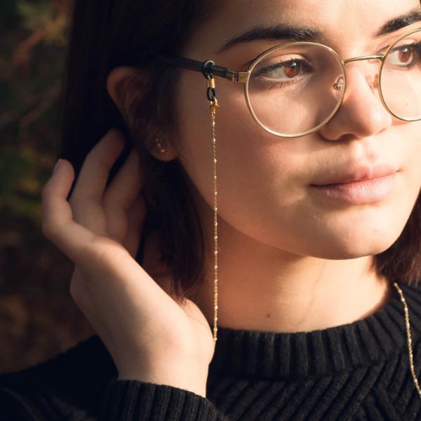 chaine de lunettes dorée à perles blanches