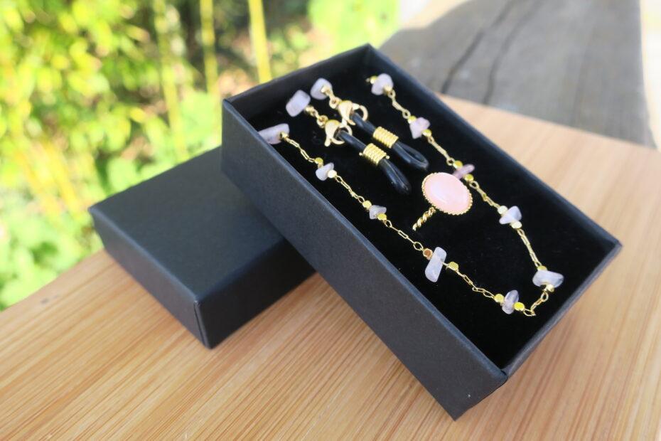 Coffret Chaine de lunettes & Bague dorées à l'or fin et pierres fines quartz rose